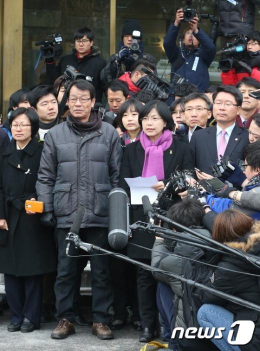 [사진]헌재에서 기자회견하는 통합진보당