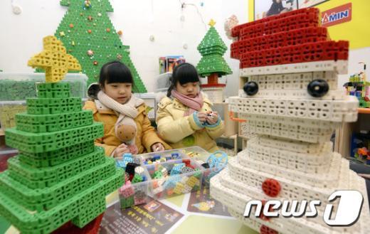 [사진]'크리스마스 앞두고 블럭 놀이해요'