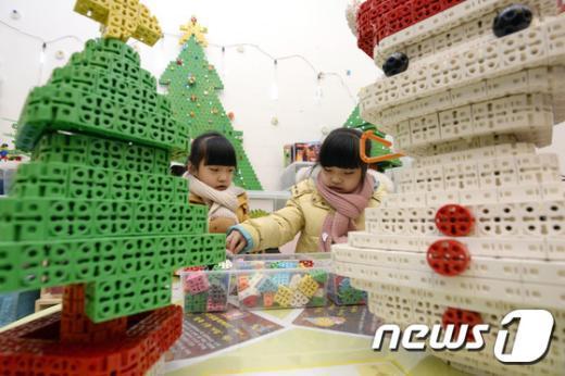 [사진]'블럭으로 크리스마스 트리랑 눈사람 만들어요'