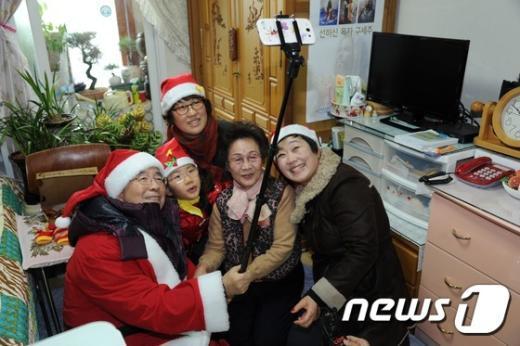 [사진]일일 산타와 함께 '셀카봉으로 찰칵'