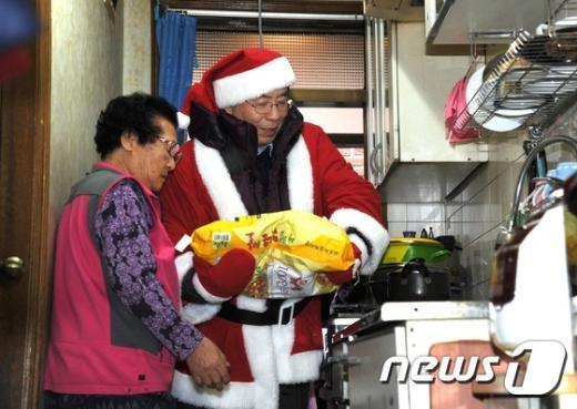 [사진]박원순 산타가 전하는 사랑의 쌀