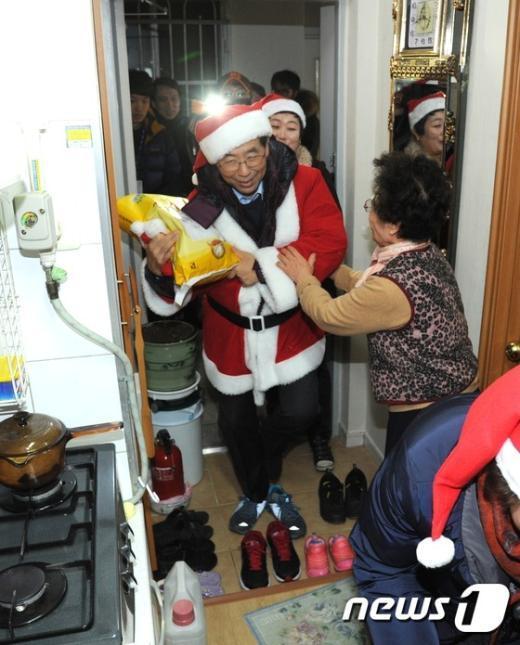 [사진]'할머니 쌀 받으세요!'