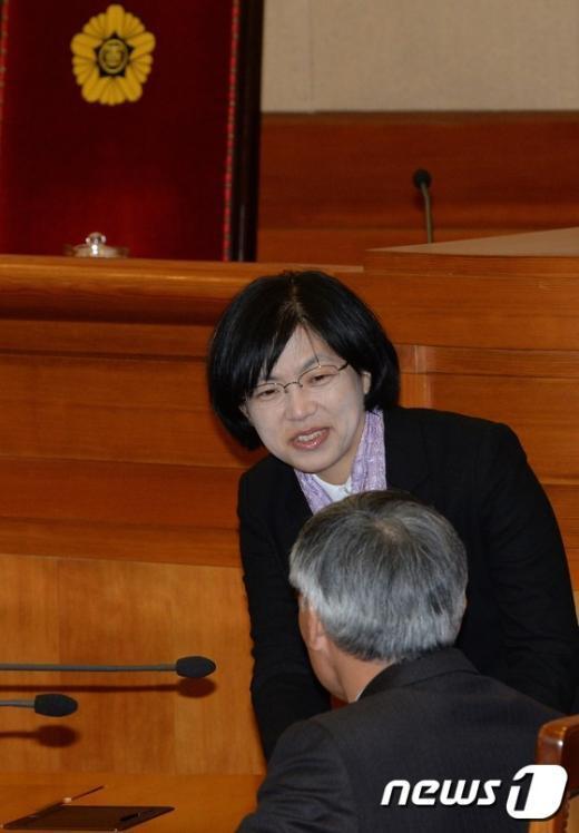 [사진]변호인단과 인사하는 이정희 대표