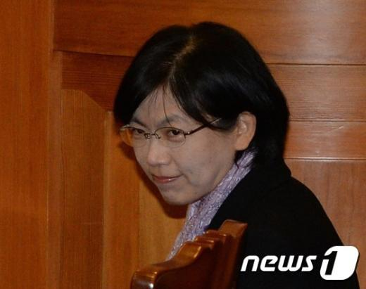 [사진]눈인사 나누는 이정희 대표