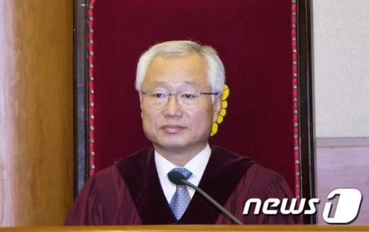 [사진]결정 요지 듣는 김창종 헌법재판관