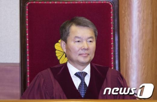 [사진]결정 요지 듣는 이진성 헌법재판관