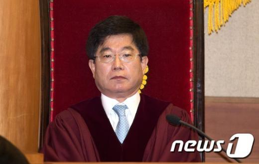 [사진]결정 요지 듣는 서기석 헌법재판관