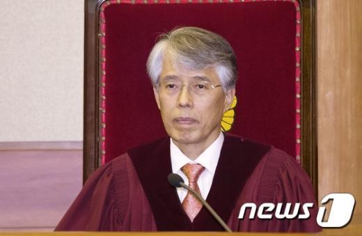[사진]결정 요지 듣는 조용호 헌법재판관