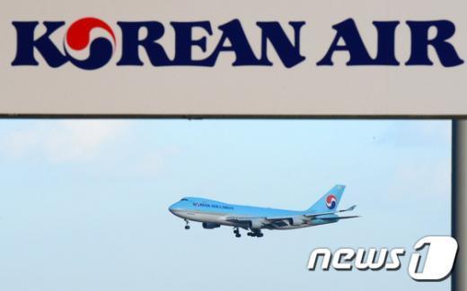 지난 17일 인천국제공항 상공에서 대한항공 여객기가 착륙을 위해 활주로로 비행하고 있다. 2014.12.17/뉴스1 © News1 한재호 기자