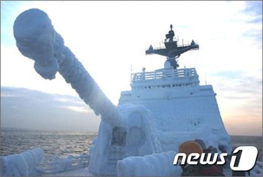 [사진]함포 꽁꽁 얼어붙은 최영함