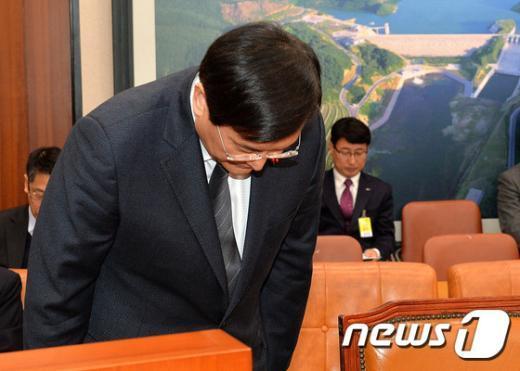 [사진]고개숙여 인사하는 서승환 장관