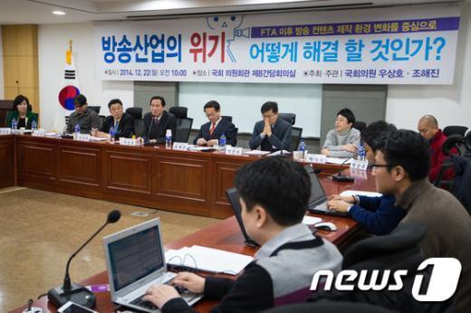 [사진]방송산업 위기 토론회 주재하는 우상호-조해진
