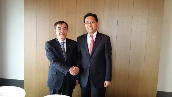 좌)이상철 총장과 전하진 의원. 사진제공=동서울대학교