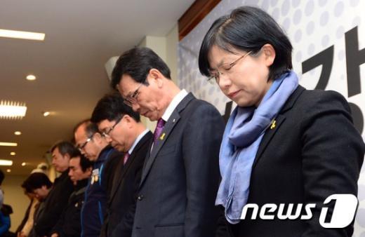 [사진]묵념하는 이정희
