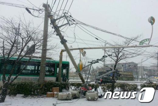 [사진]시내버스 미끄러져 전신주 가로등 들이받아