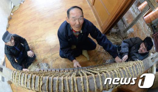 [사진]거창 농민들의 '가마니 짜기'