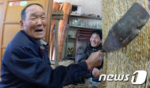 [사진]거창 임불마을 농민들의 '가마니 짜기'