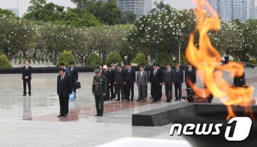 [사진]자카르타 영웅묘지 참배하는 정의화 의장