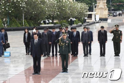 [사진]정의화 의장, 자카르타 영웅묘지 참배