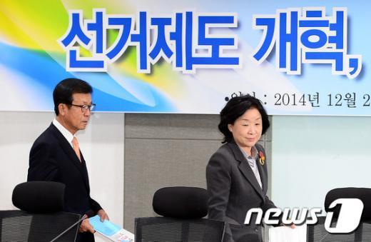 [사진]선거제도 개혁 토론회 참석하는 원혜영-심상정