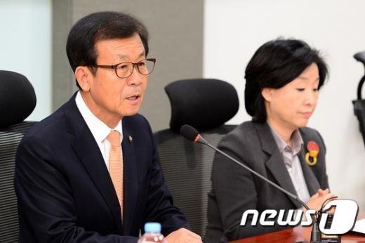 [사진]모두발언하는 원혜영 정치혁신실천위원장