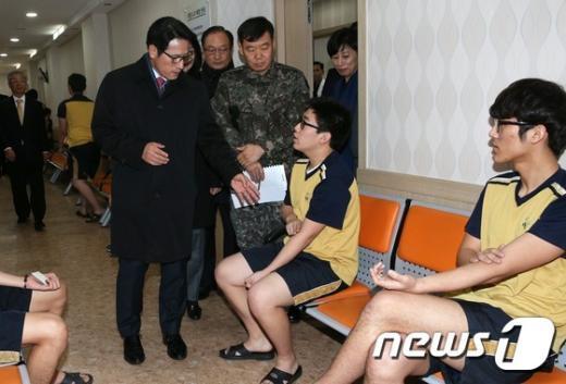 [사진]정병국 병영혁신특위 위원장, 병무청 징병검사장 방문
