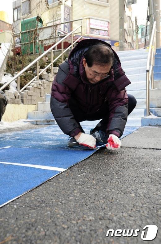 [사진]스노우매트 설치하는 박원순 시장
