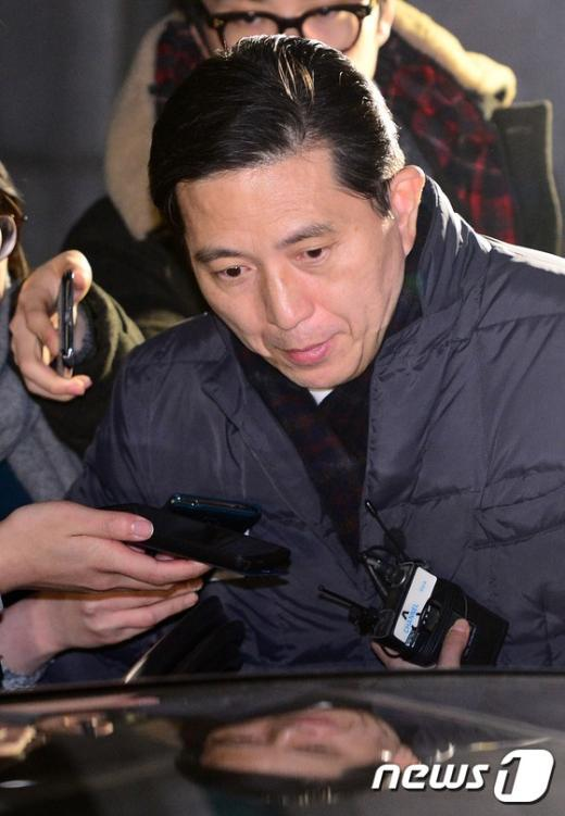 [사진]'KB비리' 임영록 전 회장 15시간 검찰 조사