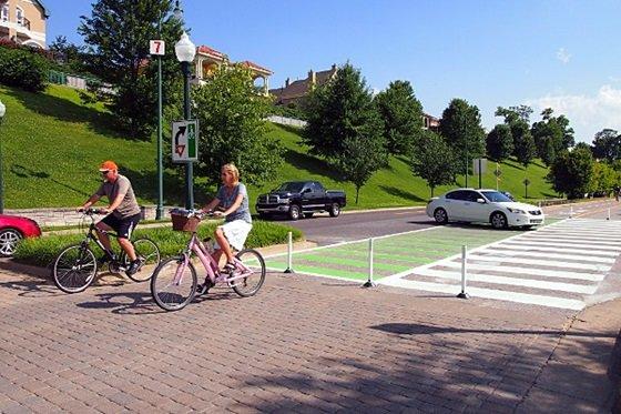 차선을 줄여 보행로와 자전거도로를 확보한 도로 다이어트의 대표적 사례다.