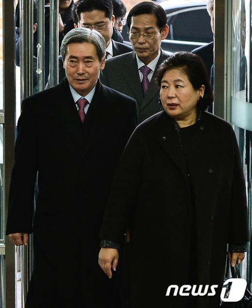 [사진]남북출입사무소 들어서는 현정은 회장-조건식 사장