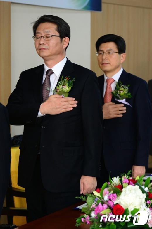 [사진]국기에 경례하는 류길재-황교안