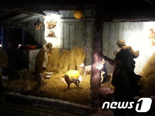명동대성당 마당에 놓인 구유. 명동대성당은 성탄절이 되면 마리아와 요셉상, 어린 양 등이 놓인 구유를 꾸미고 아기 예수를 모신다. © News1