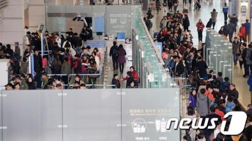 [사진]성탄절 앞둔 인천공항 '떠나자 해외로'