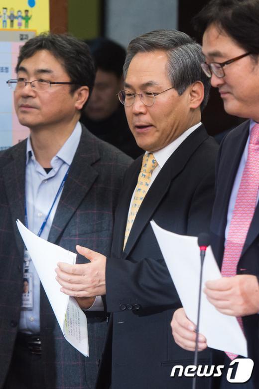[사진]비상대책위원회의 참석한 우윤근 원내대표