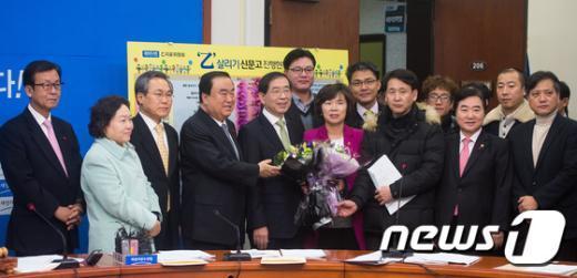 [사진]새정치연합 '서울시 버스중앙차로 청소노동자들과 함께'
