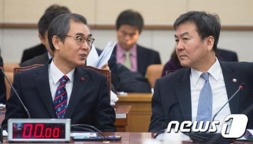 [사진]정재찬-신제윤 법사위 대화
