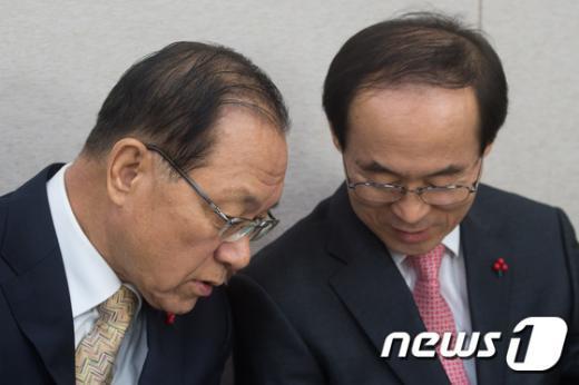 [사진]대화 나누는 황우여-윤성규