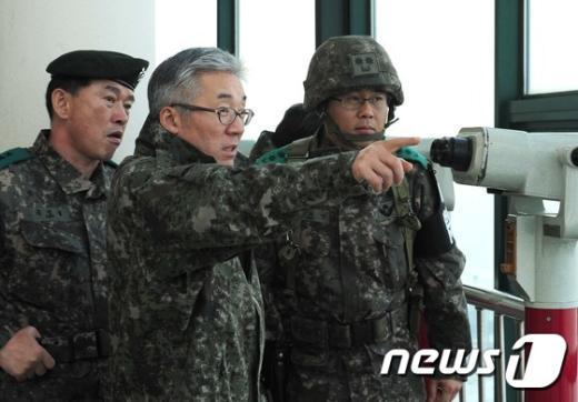 [사진]승리부대 안보전시관 둘러보는 김종덕 장관