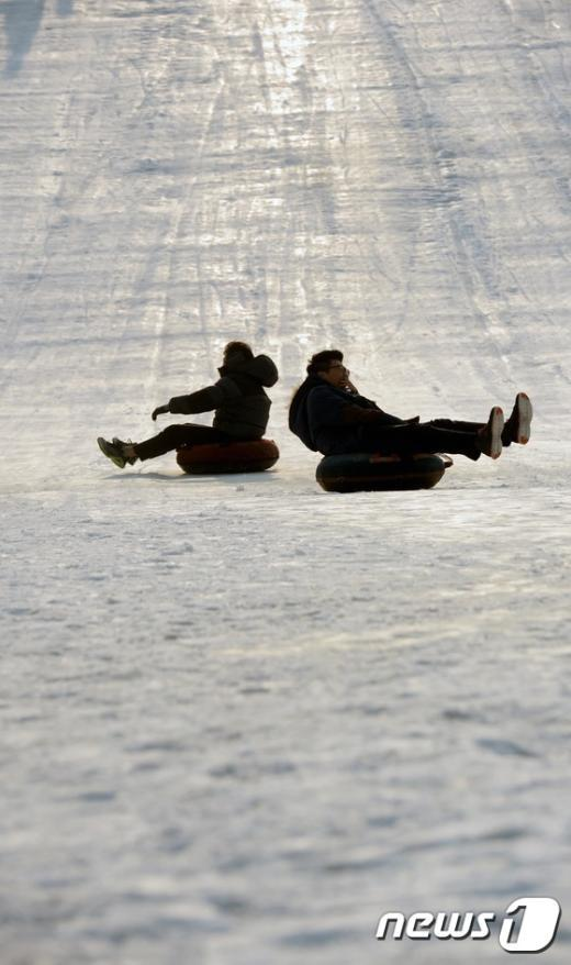 [사진]포근한 날씨에 타는 신나는 눈썰매