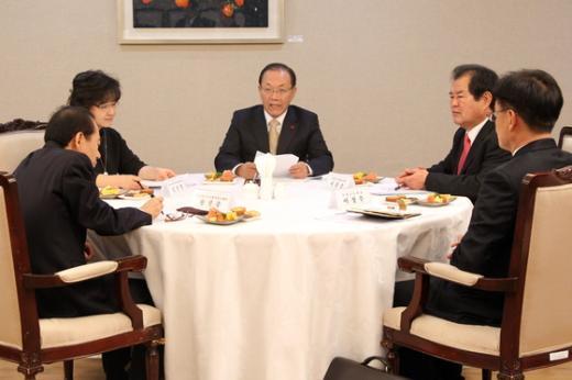 황우여 교육부장관이 수능개선위원회 회의를 주재하고 있다. (교육부 제공) © News1