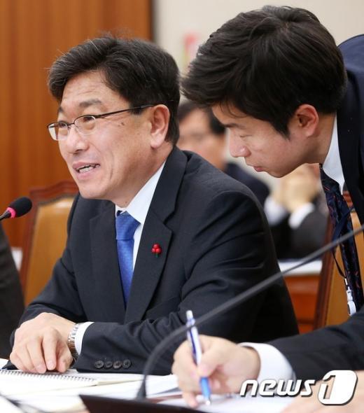 [사진]법사위 답변하는 윤상직 장관