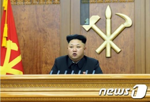 북한 노동당 기관지 노동신문은 김정은 국방위원회 제1위원장이 신년사를 발표했다고 지난 1일 전했다.김 제1비서는 이날 신년사에서 '남북 최고위급 회담'이라는 표현을 통해 '남북 정상회담' 가능성을 언급했다. (노동신문) 2015.1.1/뉴스1 © News1 민경석 기자
