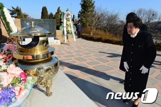[사진]이희호 여사, 김대중 대통령 묘역 참배