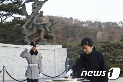박근혜 대통령이 을미년 새해 첫날인 1일 오전 서울 동작구 국립현충원 현충탑을 찾아 분향하고 있다. (청와대 제공) 2015.1.1/뉴스1 © News1 포토공용 기자