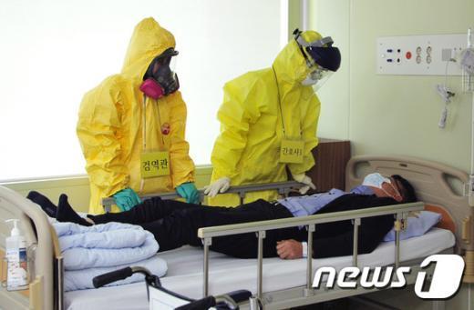 에볼라 의심 모의 환자 이송 훈련 모습(대구의료원)./© News1