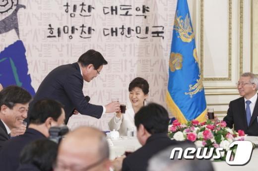 [사진]정의화 의장과 건배하는 박근혜 대통령