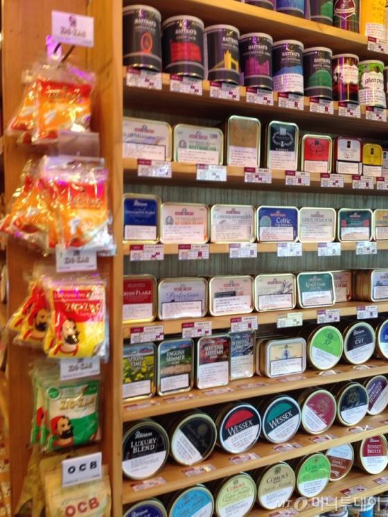 서울 마포구 동교동에 위치한 담배 수입업체 다래코의 직영매장에서 판매하는 롤링타바코 연초/ 사진=김유진 기자