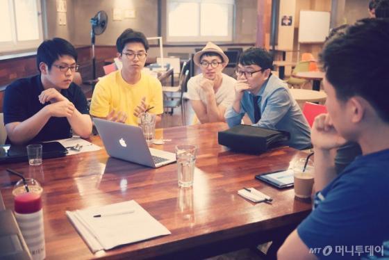 스페이스 노아에서 프로젝트 작업 중인 박근우 대표(왼쪽에서 세번째)와 코워커들