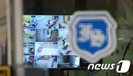 16일 '일명 도깨비방' 폭행사건이 일어난 것으로 알려진 경기 부천시의 한 유치원에 CCTV 화면이 나오는 TV가 설치돼 있다./ 사진=뉴스1