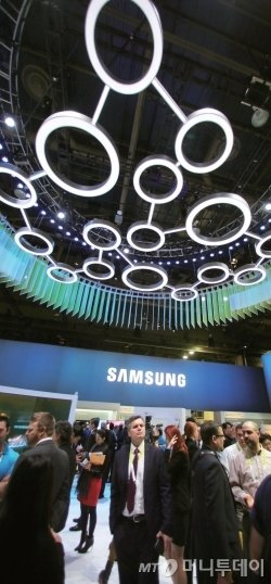 'CES 2015' 삼성전자 전시관을 찾은 관람객들이 다양한 제품과 솔루션을 체험하고 있다.